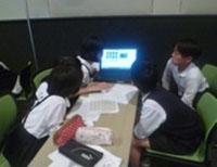 写真:新聞作成の会議をしている生徒たち