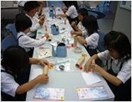 写真:生徒たちが電気・科学体験教室で万華鏡づくりをしている
