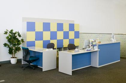 写真:窓口の机と椅子
